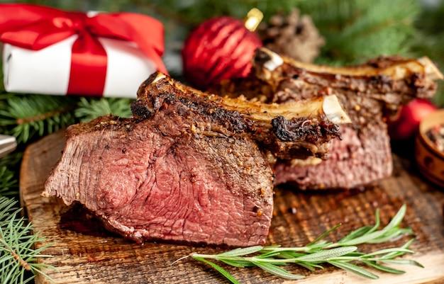 Weihnachten gebackenes rindfleisch am knochen