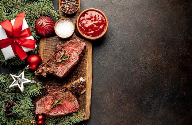 Weihnachten gebackenes rindfleisch auf dem knochen mit kopienraum