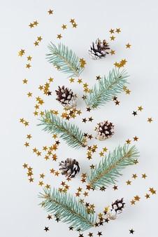 Weihnachten gemacht von den kiefernkegeln und vom tannenbaum