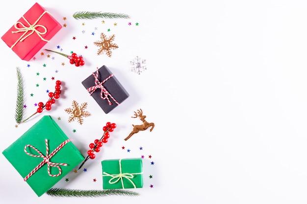 Weihnachten geschenke und dekorationen auf weiß. weihnachten, winter. draufsicht, exemplar