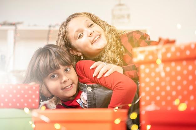 Weihnachten glückliche kinder zwei schwestern mit geschenk