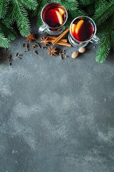 Weihnachten glühte rotwein mit gewürzen auf dunklem konkretem hintergrund