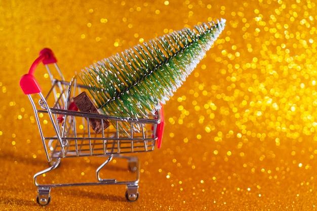 Weihnachten golden. supermarktwagen und weihnachtsbaum.