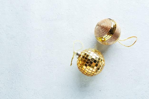 Weihnachten goldene kugeln auf hell. flache lage.