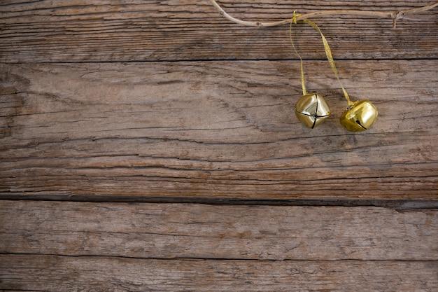 Weihnachten goldene ornament auf einem holztisch