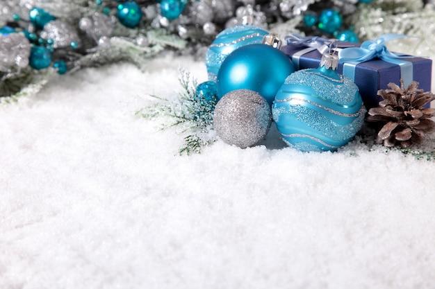 Weihnachten grenze mit decorantions auf dem schnee