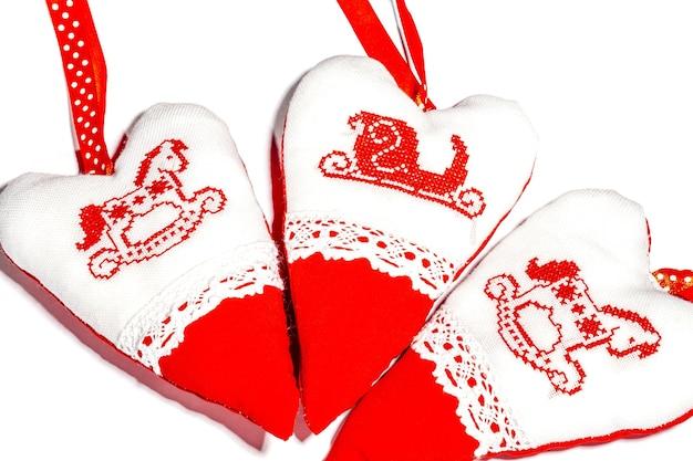 Weihnachten handgemachte gestickte dekorationen stofftiere auf weißem hintergrund draufsicht form des hörens,