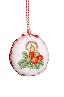 Weihnachten handgemachte gestickte dekorationen stofftiere in runder form mit einer weihnachtskomposition isoliert auf weißem hintergrund,