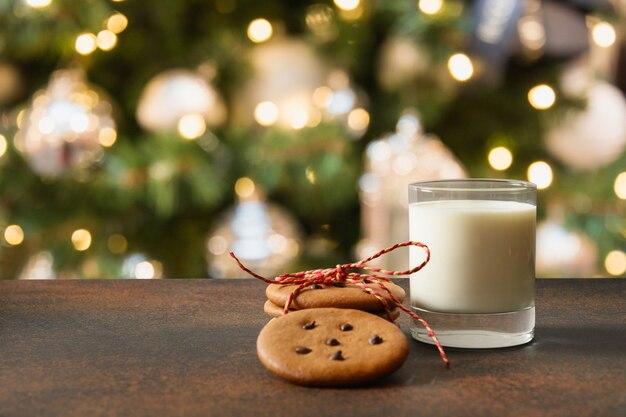 Weihnachten hausgemachte lebkuchen und milch für santa in der nähe von weihnachtsbaum