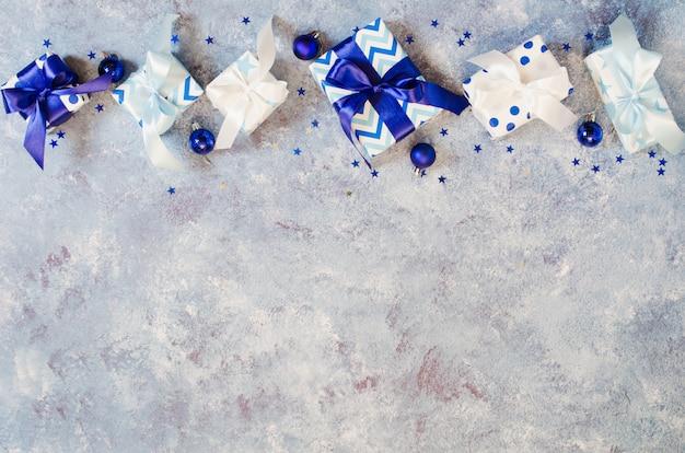 Weihnachten hintergrund. geschenkboxen und dekoration in blauer farbe.