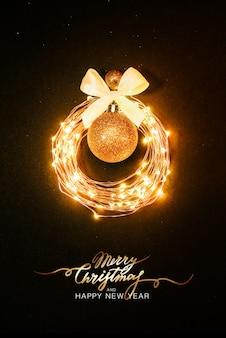 Weihnachten hintergrund. glühender kreis aus einer girlande in form eines weihnachtsspielzeugs auf schwarzem hintergrund mit glitzer. festliches gestaltungskonzept schriftzug