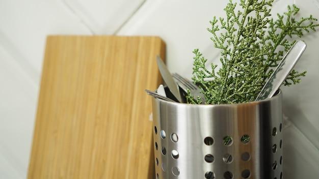 Weihnachten hintergrund. minimalistisches design. platz kopieren. besteck in der küche in einer dose
