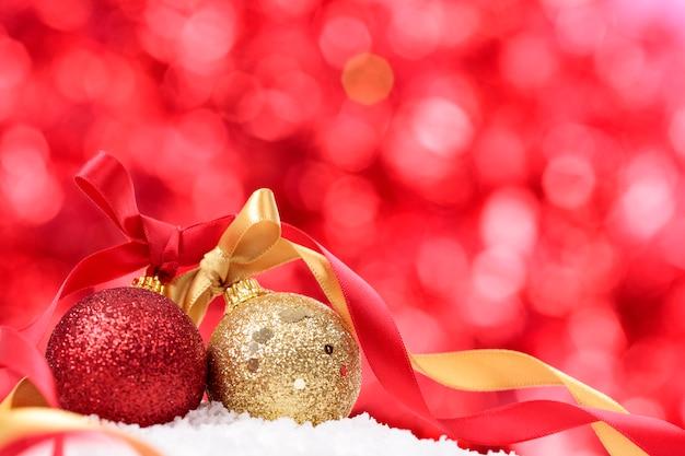 Weihnachten hintergrund mit kugeln und band