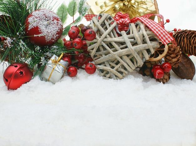 Weihnachten hintergrund mit schäbigen dekoration chic herzen im schnee eingebettet