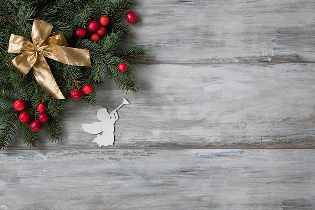 Weihnachten hintergrund. weihnachtsdekor mit zweigen des tannenbaums und einer engelsfigürchen