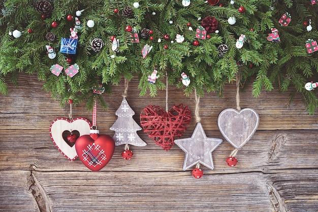 Weihnachten hintergrund weihnachtstannenbaum mit dekoration auf hölzernem hintergrund. platz kopieren, draufsicht