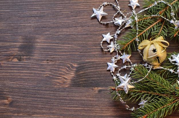 Weihnachten hölzern mit tannenbaum und glänzenden dekorationen