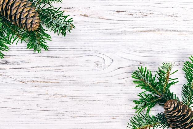 Weihnachten hölzern mit tannenbaum- und kiefernkegel.