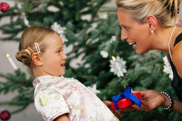 Weihnachten, kind, das ein geschenk empfängt