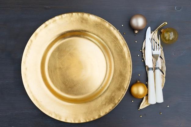 Weihnachten leerer goldener teller mit messer und gabel, ansicht von oben