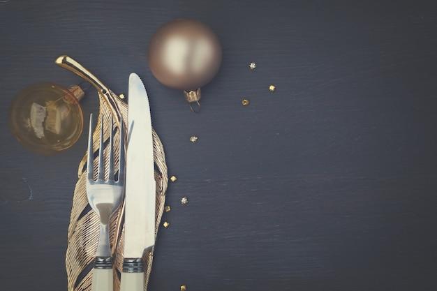 Weihnachten leerer holztisch mit messer und gabel nahaufnahme, retro-ton