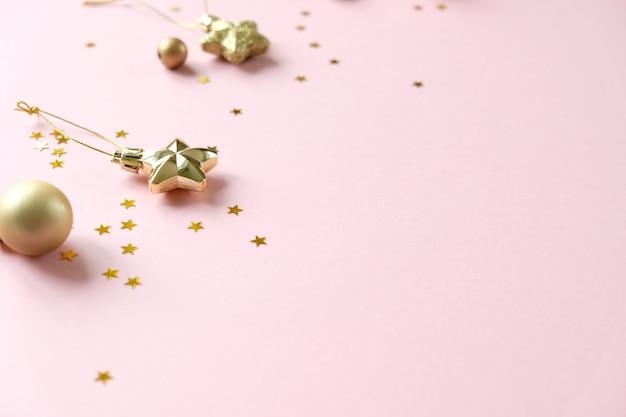Weihnachten mit dekorationen und geschenkboxen auf rosa