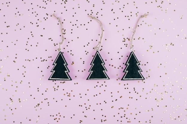 Weihnachten mit dem drei dekorationweihnachtsschwarzbaum. goldene funkelnde sterne