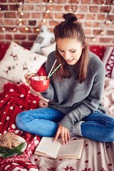 Weihnachten mit einem guten buch und heißer schokolade