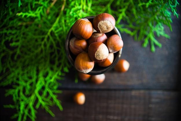 Weihnachten mit einer tasse voller nüsse