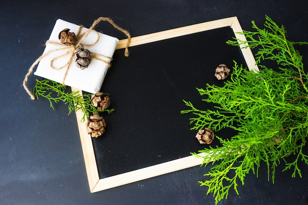 Weihnachten mit festlichem dekor auf holzoberfläche