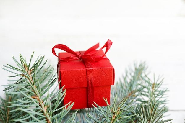 Weihnachten mit geschenk, tannenzapfen