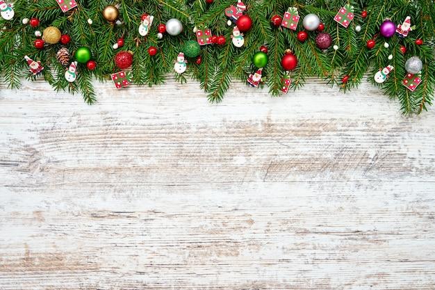 Weihnachten mit geschmückten tannenzweigen