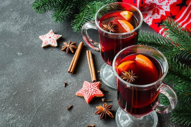 Weihnachten mit glühwein und einem warmen schal.