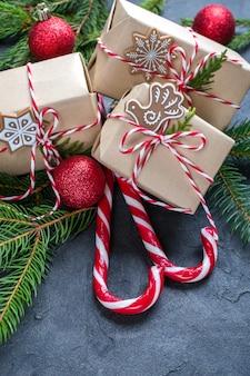 Weihnachten mit tannenbaum geschenkboxen und dekor.