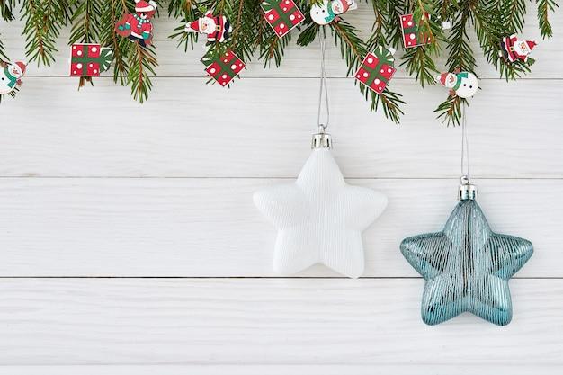 Weihnachten mit tannenzweigen mit sternen verziert