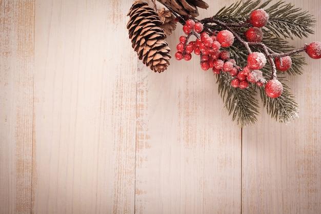Weihnachten mit tannenzweigen, tannenzapfen und beeren, weihnachtsspielzeug aus glas und holz