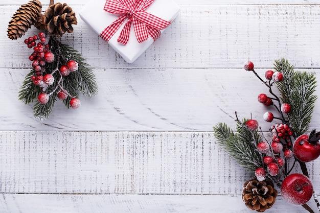 Weihnachten mit tannenzweigen, tannenzapfen und beeren