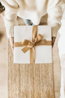 Weihnachten neujahr komposition. handgemachte winterferien basteln geschenkboxen in den händen der frau