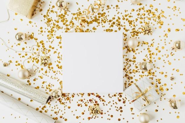 Weihnachten, neujahr komposition. quadratischer leerer rahmen mit kopierraum, weihnachtskugeln, geschenkbox, lametta, golddekoration auf weiß