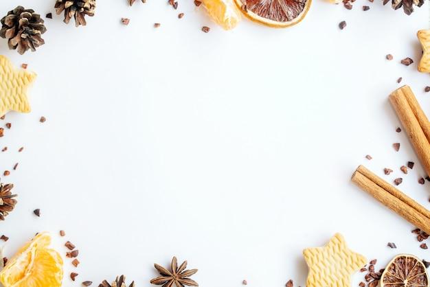 Weihnachten neujahrskonzept. tannen, kekse, zimt auf weißem grund. speicherplatz kopieren. gruß weihnachtskarte. kopierraum, flach liegen