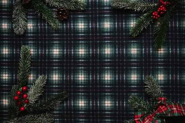 Weihnachten neujahrsrahmen, flatley-stil mit draufsicht mit weihnachtsschmuck aus zapfen, tannenzweigen auf einem hintergrund in einem käfig, platz für ihren text