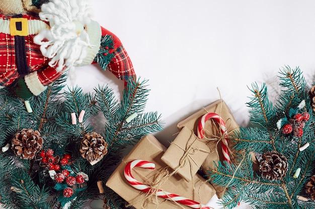 Weihnachten oder neujahr hintergrund furtree zweige geschenke dekoration auf weißem hintergrund