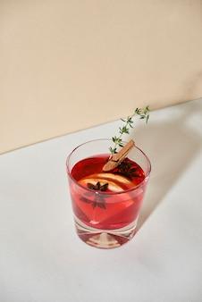 Weihnachten oder thanksgiving-drink. herbst- und wintercocktail - grog, heiße sangria, glühwein mit tee, zitrone, rom, zimt, anis und anderen gewürzen.