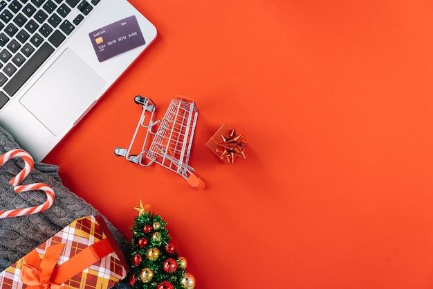 Weihnachten online-shopping auf laptop mit kreditkarte.