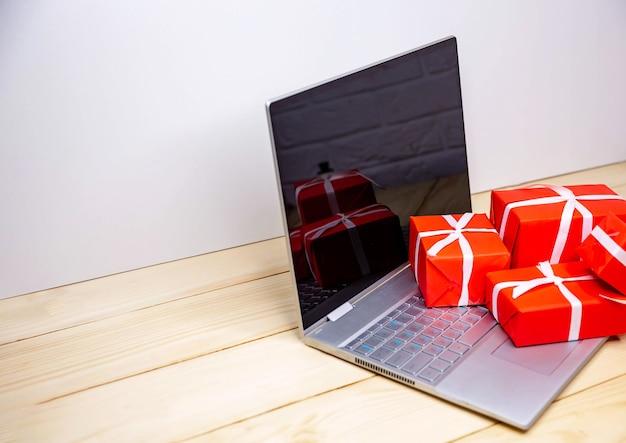 Weihnachten online-shopping. geschenkboxen über laptop