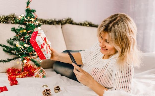 Weihnachten online-shopping. käuferin bestellt auf dem handy