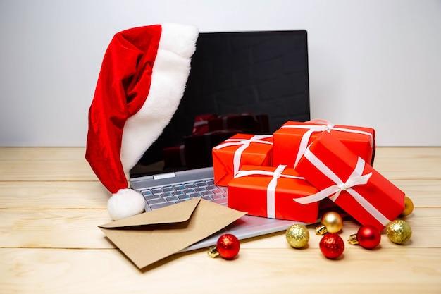 Weihnachten online-shopping. mensch macht die bestellung auf laptop-computer