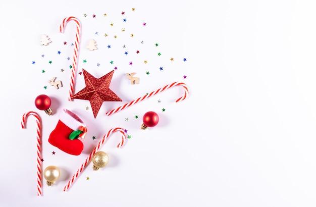 Weihnachten rote dekorationen auf weiß. weihnachten, winter. draufsicht, exemplar