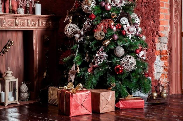 Weihnachten, rote farbe präsentiert unter weihnachtsbaum
