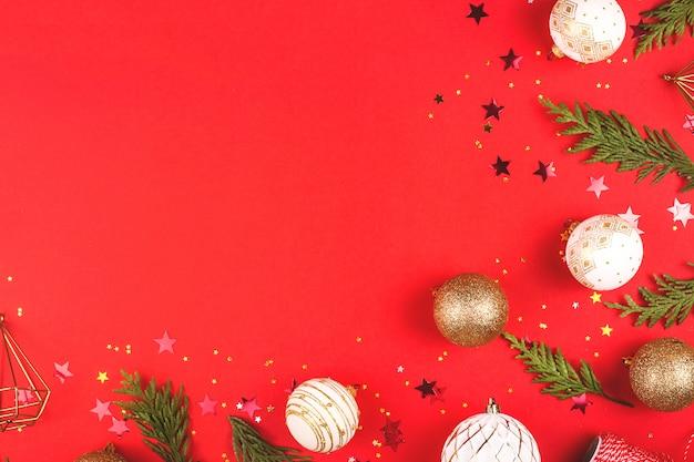 Weihnachten, roter stilvoller flacher laienrahmen des neuen jahres mit band. winterurlaub zusammensetzung. ansicht von oben. kopieren sie platz
